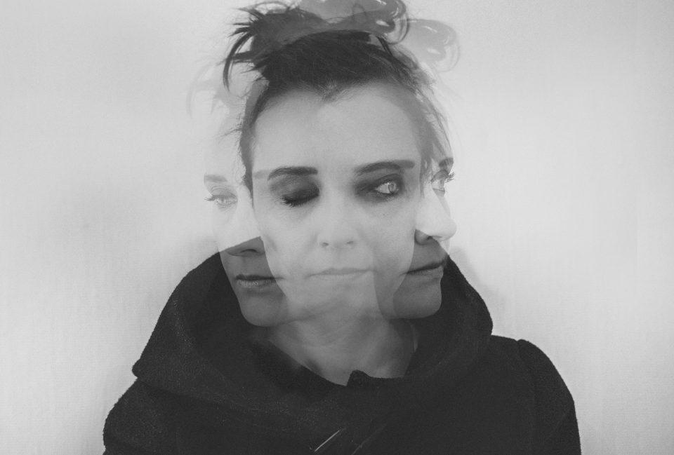 Frau in schwarzweißer Dreifachbelichtung mit verwirrtem Eindruck (Foto: Pexels/Nicolette Attree)