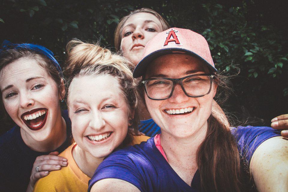 Vier Freundinnen nehmen ein Selfie auf und lachen dabei (Foto: Pexels/Hannah Nelson)