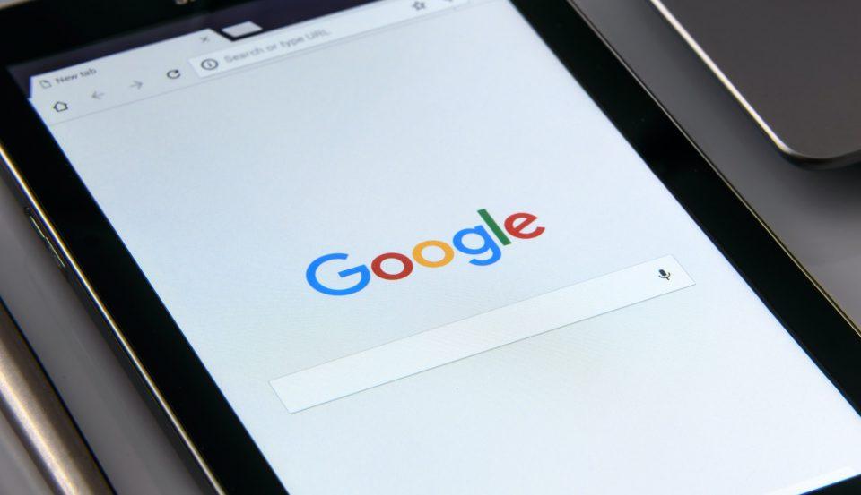 Schwarzes Tablet mit Google-Suchfeld am Bildschirm (Foto: Pexels/Photomix Company)