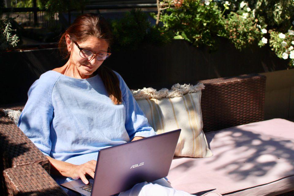 Clara Claudia Braunstein Laptop Garten Bloggen_Foto Clara Schwoellinger_IMG_