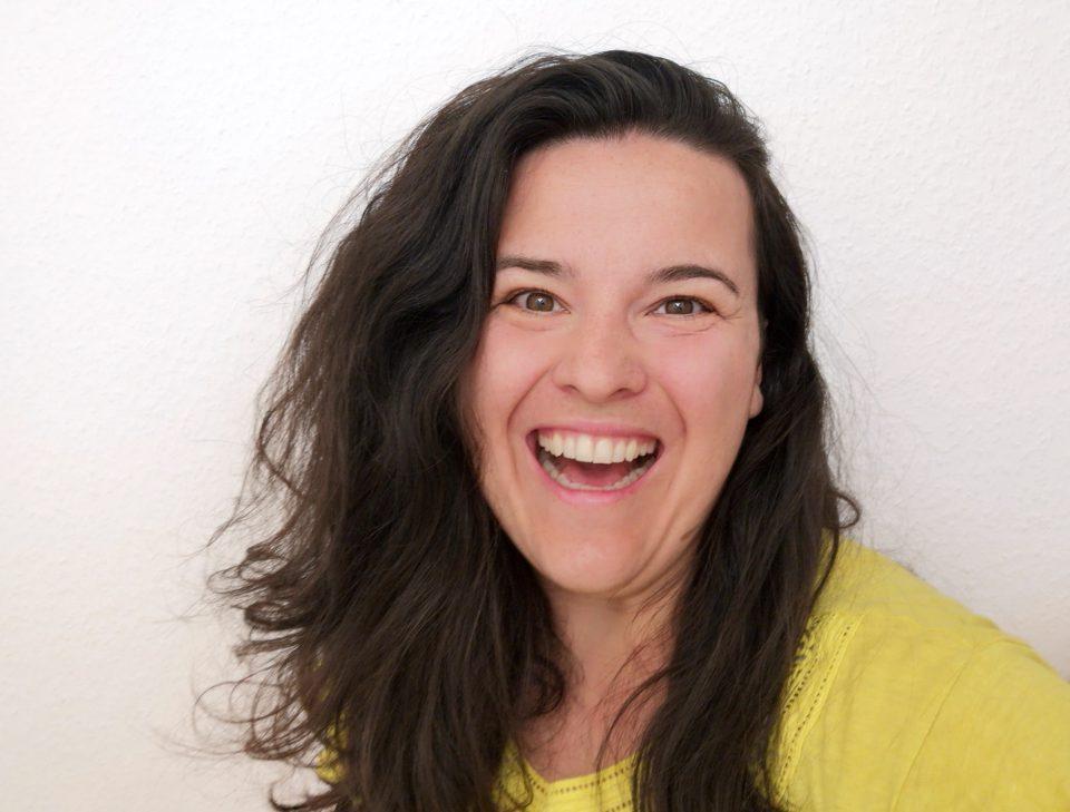 Dafinka Frau Brustkrebs Patientin Lachen Lebensfreude Gelb Pullover Volles Haar