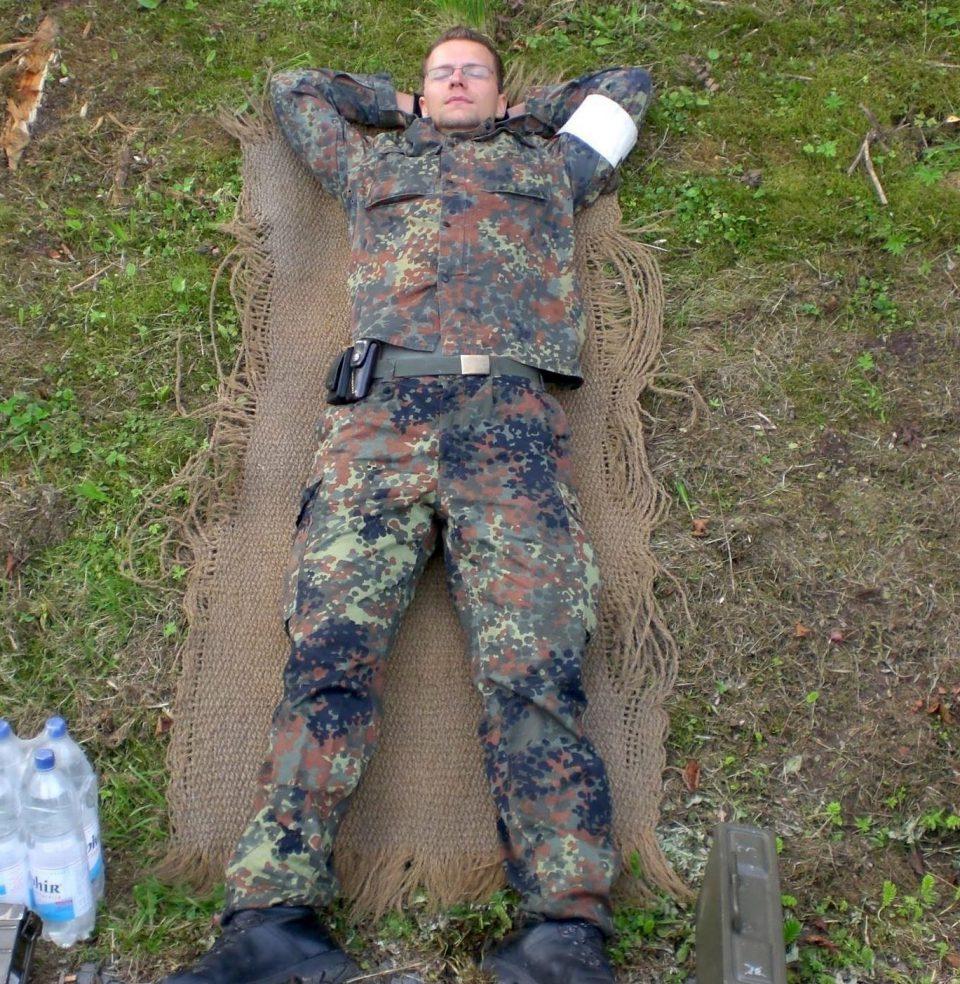 Dezember Alexander Heckrodt Bundeswehr Soldat Mann Liegen Wiese Entspannt Brille Foto