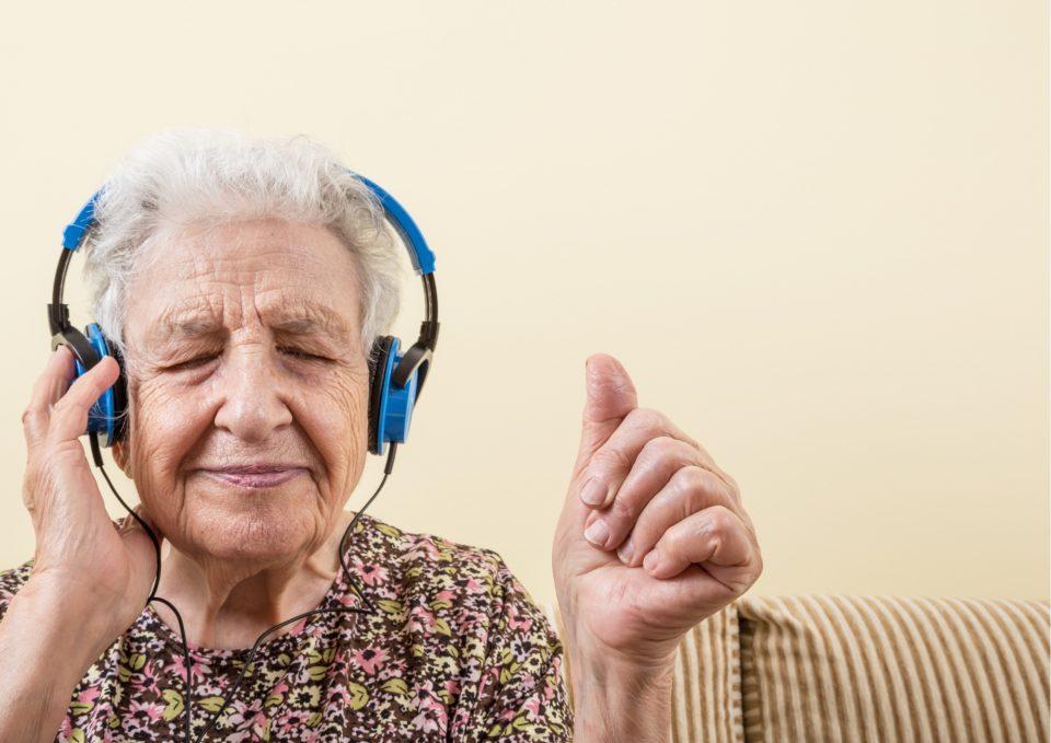 Kopftimismus Alte Frau Hoert Musik Mit Blauen Kopfhoerern