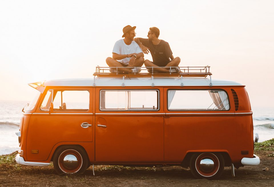 Dezember Freunde Maenner VW Buch Campingbus Campervan Orange Hut Sonnenuntergang Sitzen Dach Pexels Roman Odintsov Cropped