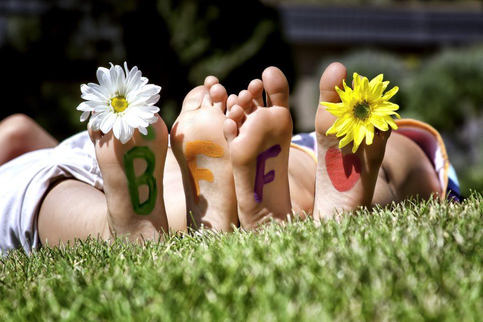 Dezember Fuesse Fusssohlen BFF Blumen Zehen Gras Wiese Nackt Shutterstock_ Teri Virbickis