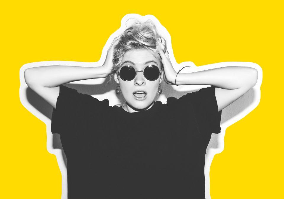 Weltkrebstag Kurvenkratzer Weltkrebstag Frau Sonnenbrille Verwirrt Fragend Durcheinander Schwarzweiss Gelb Shutterstock_