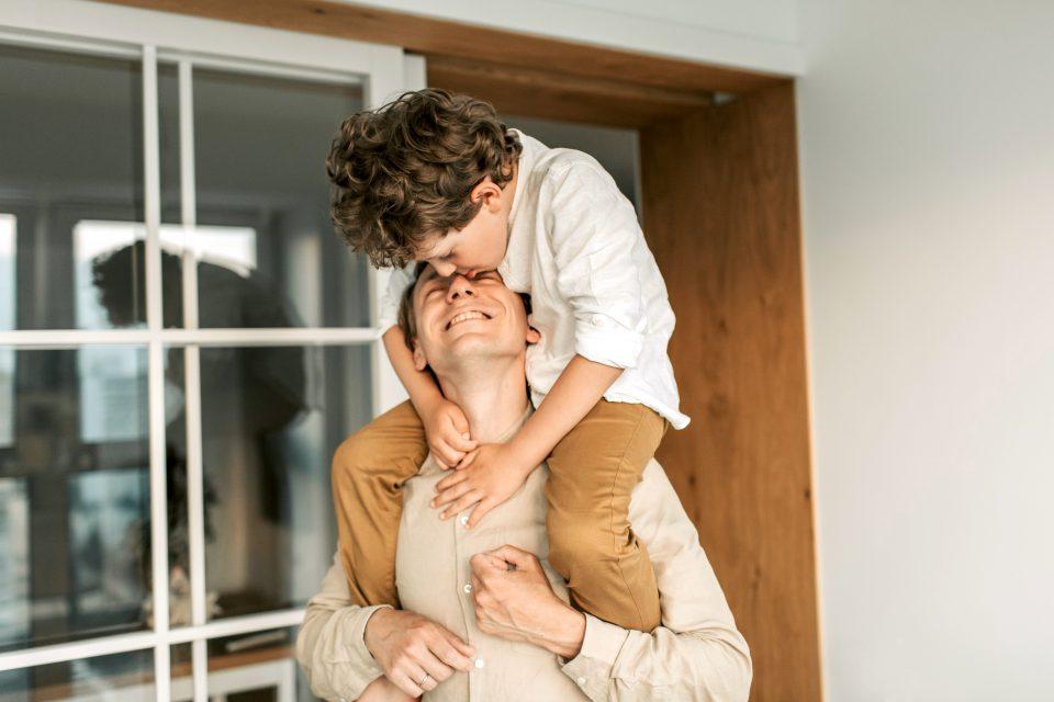 Kinder Mann Bub Junge Schultern Sitzen Tragen Vater Sohn Kuss Kuessen Beziehung Verbundenheit Pexels Vlada Karpovich