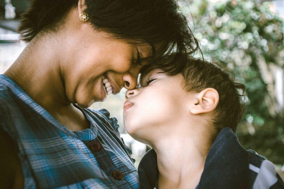 Kinder Frau Bub Junge Mutter Sohn Liebe Kuscheln Innigkeit Bluse Blau Schwarzes Haar Bruno Nascimento Eo MS FSnk Unsplash