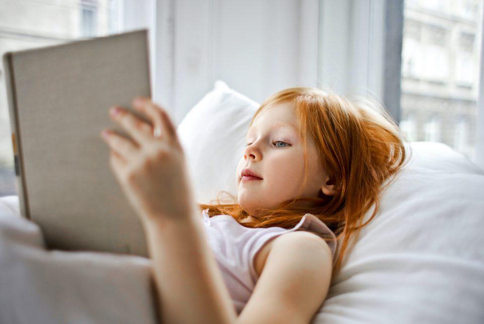 Kinder Kind Maedchen Buch Lesen Bett Bettwaesche Rothaarig Weiss Pexels Andrea Piacquadio Resized