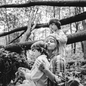 Kinder Frau Kinder Buben Jungen Wald Geborgenheit Schwarzweiss Family _Victoria_Borodinova Pixabay Resized