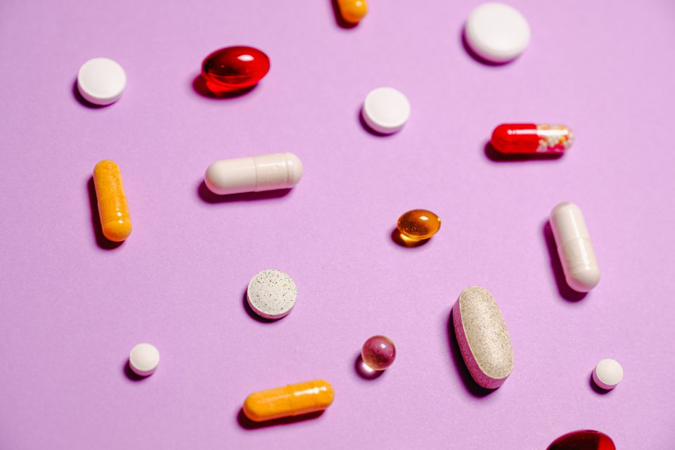 Gesundheitserreger Pillen Und Medikamente Auf Pinkem Hintergrund Pexels Anna Shvets