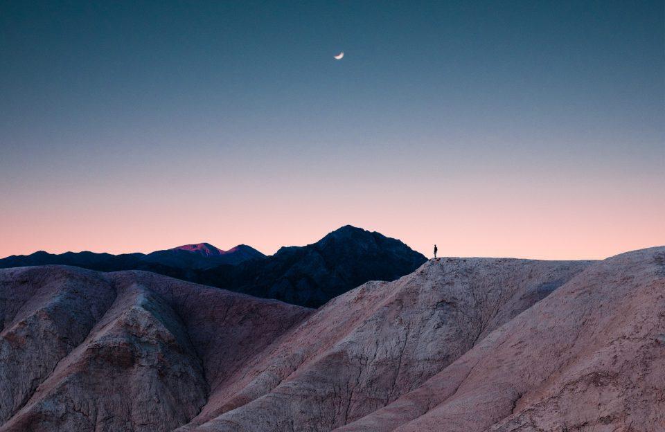 Sterben Vorbereiten Berge Sonnenuntergang Daemmerung Mensch Person Mond Alleine Einsam Trail FjcJFETT R Unsplash
