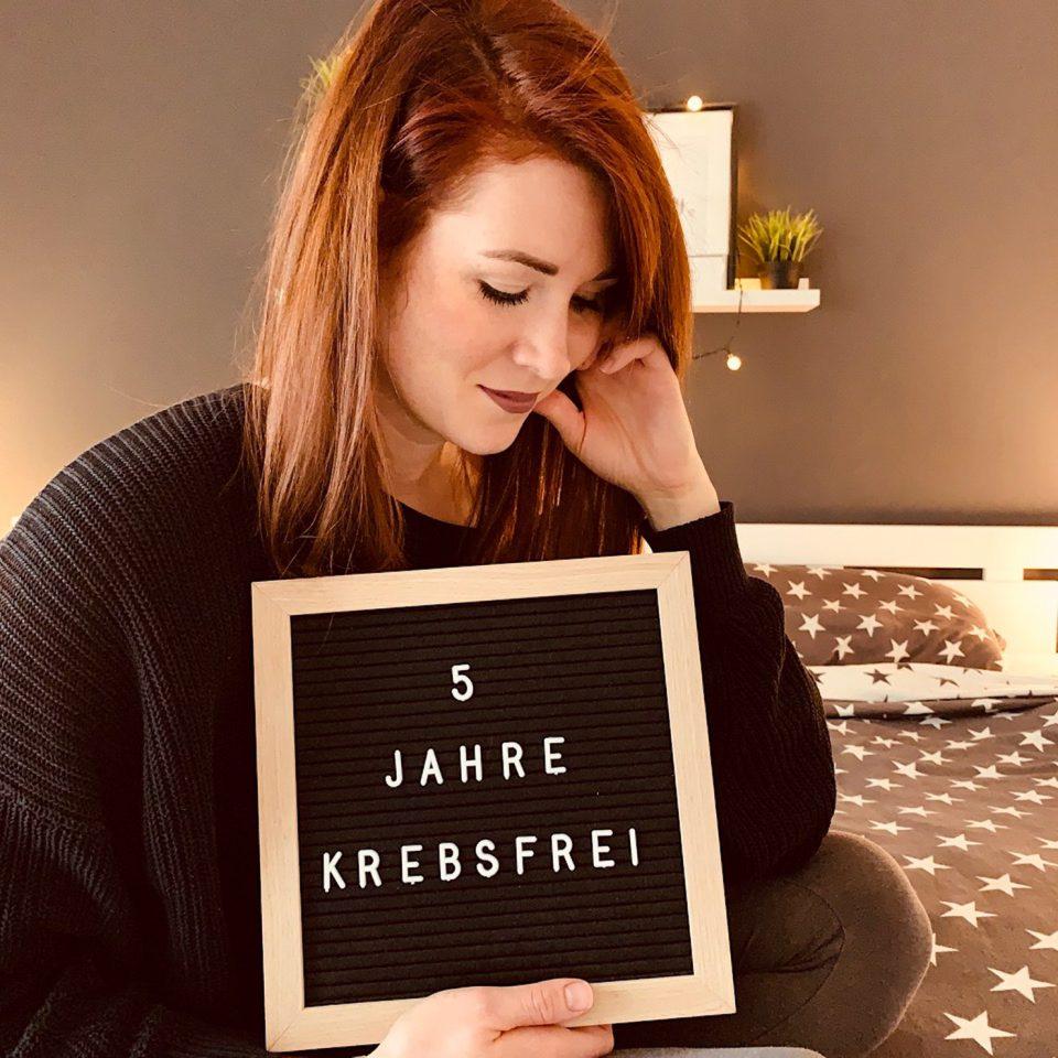 Constanze Frick Frau Haar Rot Pulli Schwarz Tafel Schrift Krebsfrei Nachdenklich Bett Sterne Wand Constanze Frick IMG_