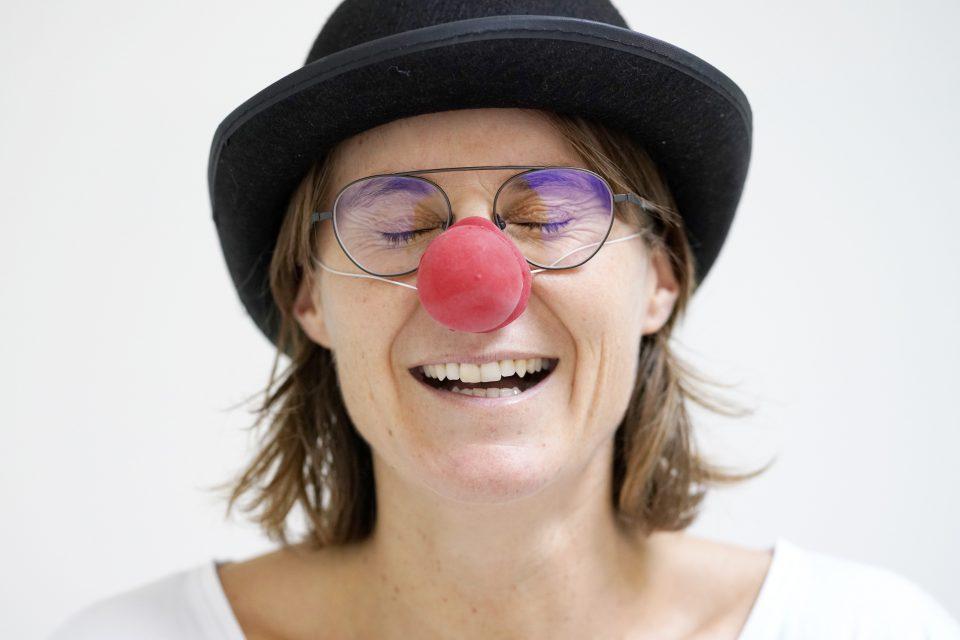 Der Wahrhaftigste Best Friend Forever Verena Brunnbauer Frau Hut Gesicht Lachen Clownsnase Brille Reinhard Winkler Verena