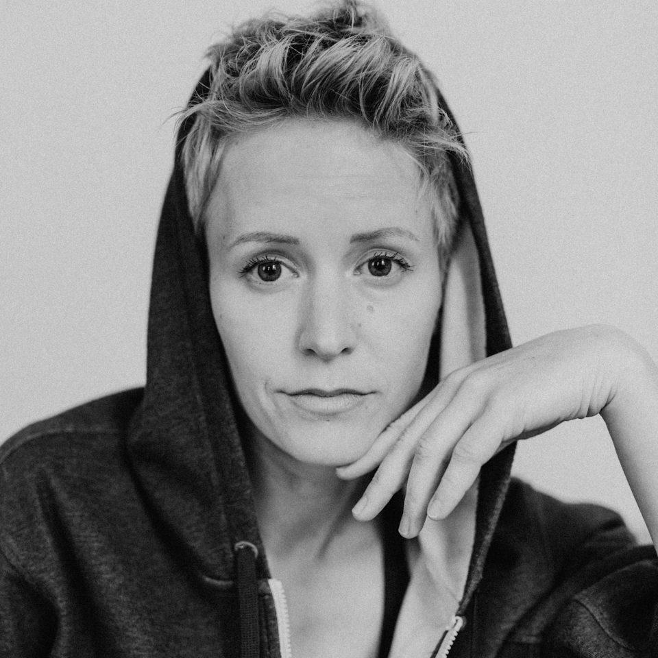 Julia Keita Frau Blond Schwarzweiss Hand Kapuzenjacke Gelassen Julia Keita Titelfoto_V